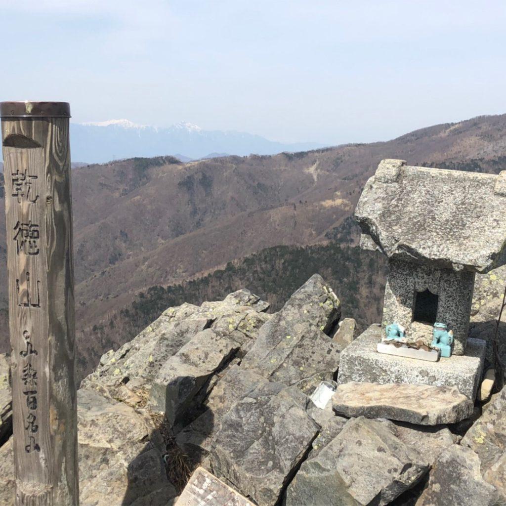 【登山レポート】日本二百名山の乾徳山は垂直な岩登りが大迫力!