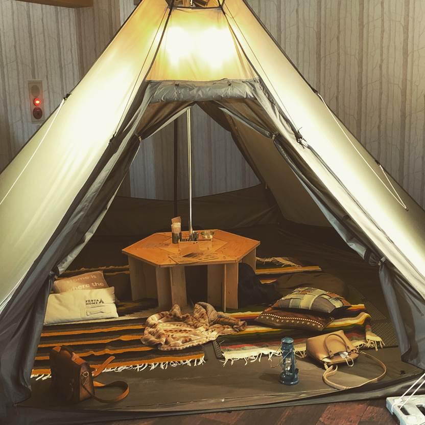デッドスペースの多いワンポールテントには穴あきテーブルを活用!